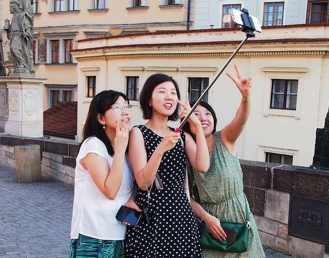 странная поза для фото китайских туристов